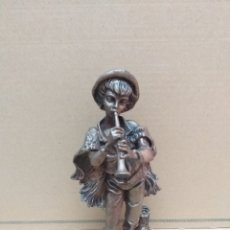 Antigüedades: FIGURA DE RESINA ( MÚSICO) ARTESANÍA Y DECORACIÓN BAIX EBRE, PINTADA IMITACIÓN BRONCE. Lote 182067645