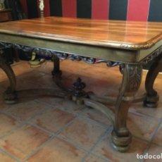 Antigüedades: MESA DE COMEDOR Y CUATRO SILLAS DE NOGAL TALLADO. Lote 182072525