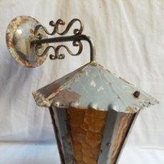Antigüedades: APLIQUE EN HIERRO FORJADO Y CRISTAL ÁMBAR. FAROL. PLAFON. LAMPARA.. Lote 182077642