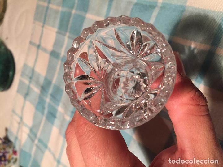 Antigüedades: Antiguo pequeño jarrón / florero de cristal tallado a mano de los años 60 - Foto 5 - 182131215