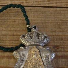 Antigüedades: MEDALLA Y CORDÓN VERDE DE LA REAL HERMANDAD DE NUESTRA SEÑORA DEL ROCÍO - HUELVA. Lote 182146145