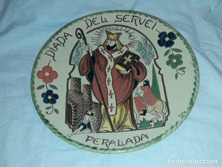 Antigüedades: Precioso plato cerámica policromada Oller en relieve Diada del Servei Peralada Sant Marti - Foto 2 - 182160892