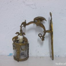 Antigüedades: PRECIOSO APLIQUE LAMPARA ANTIGUA PARED BRONCE DRAGON CON TULIPA CRISTAL MODERNISTA. Lote 182213011