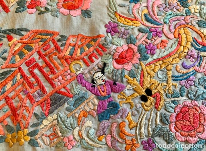 Antigüedades: Mantón de Manila antiguo cantonés bordado en seda a mano con figuras chinas de 1870 - Foto 2 - 182236272