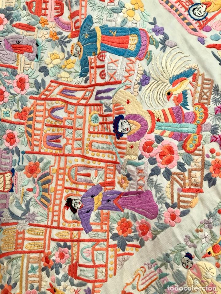 Antigüedades: Mantón de Manila antiguo cantonés bordado en seda a mano con figuras chinas de 1870 - Foto 3 - 182236272