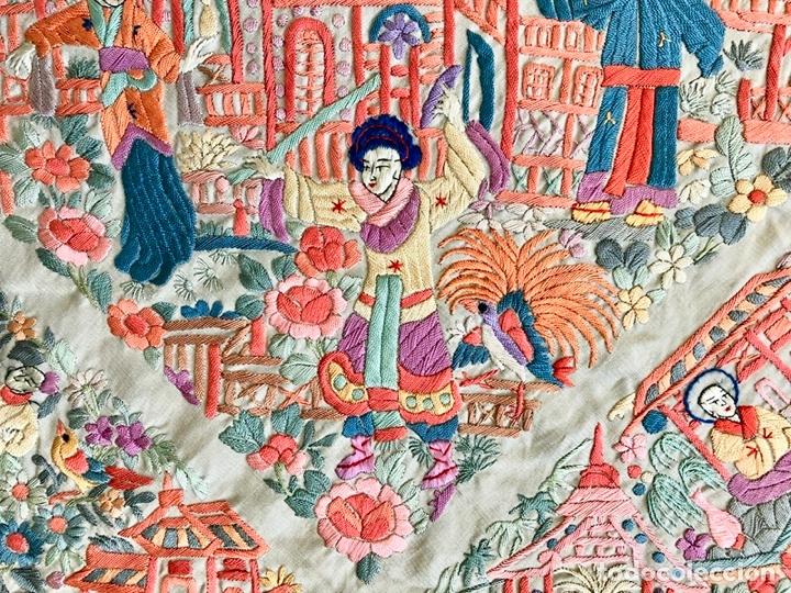 Antigüedades: Mantón de Manila antiguo cantonés bordado en seda a mano con figuras chinas de 1870 - Foto 11 - 182236272