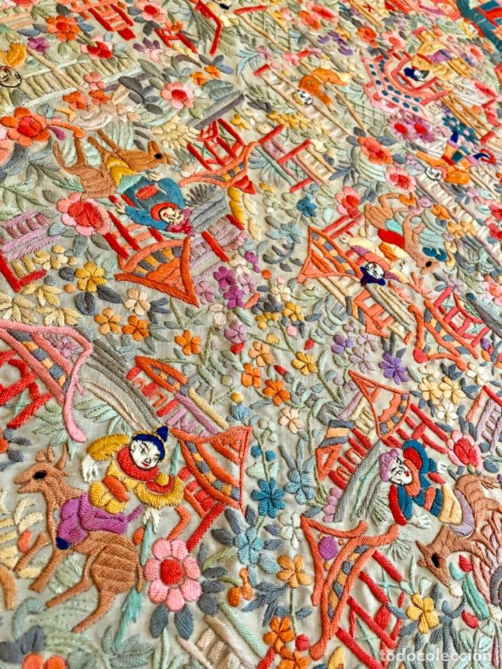Antigüedades: Mantón de Manila antiguo cantonés bordado en seda a mano con figuras chinas de 1870 - Foto 5 - 182236272