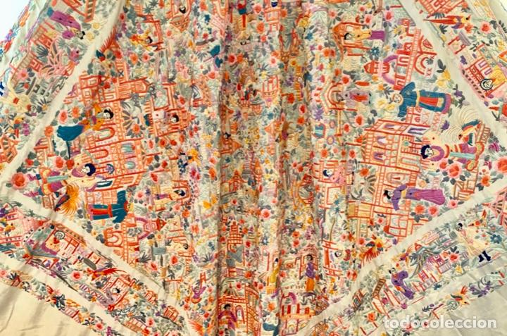 Antigüedades: Mantón de Manila antiguo cantonés bordado en seda a mano con figuras chinas de 1870 - Foto 6 - 182236272