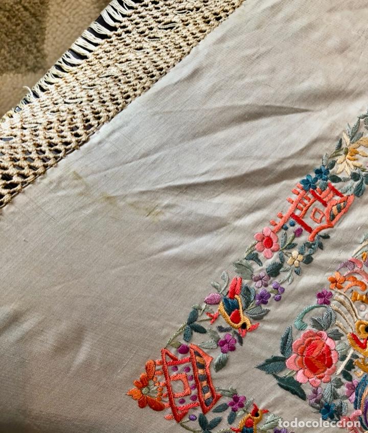 Antigüedades: Mantón de Manila antiguo cantonés bordado en seda a mano con figuras chinas de 1870 - Foto 7 - 182236272