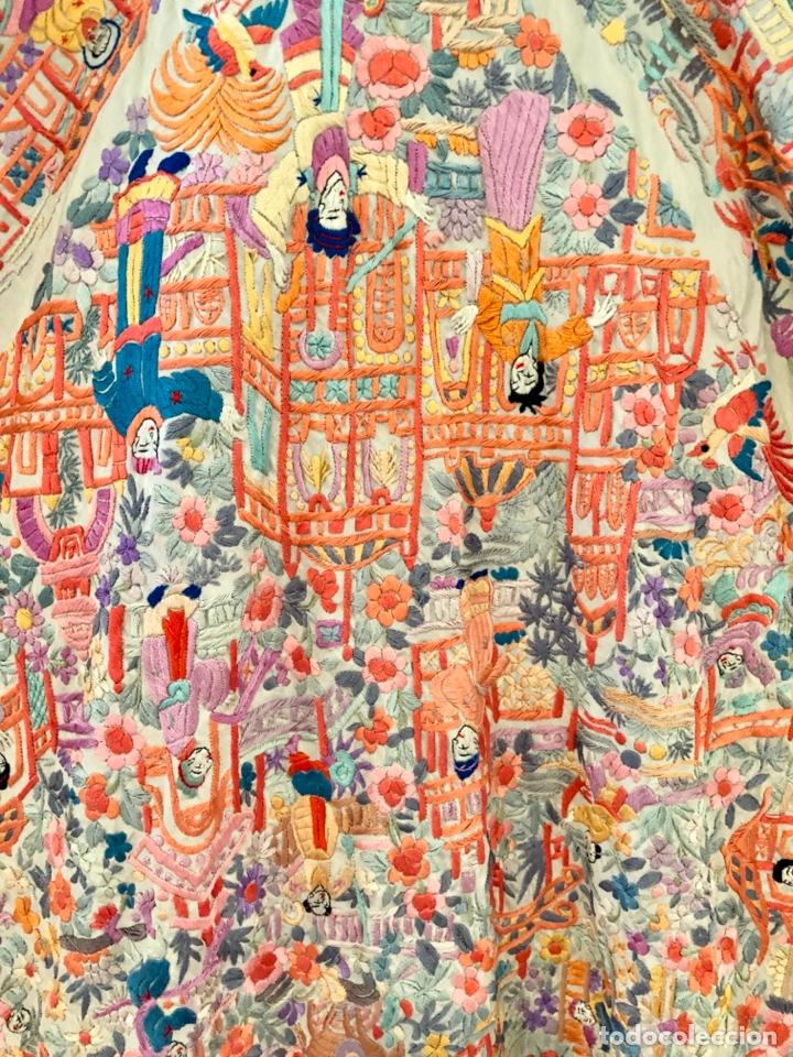 Antigüedades: Mantón de Manila antiguo cantonés bordado en seda a mano con figuras chinas de 1870 - Foto 8 - 182236272