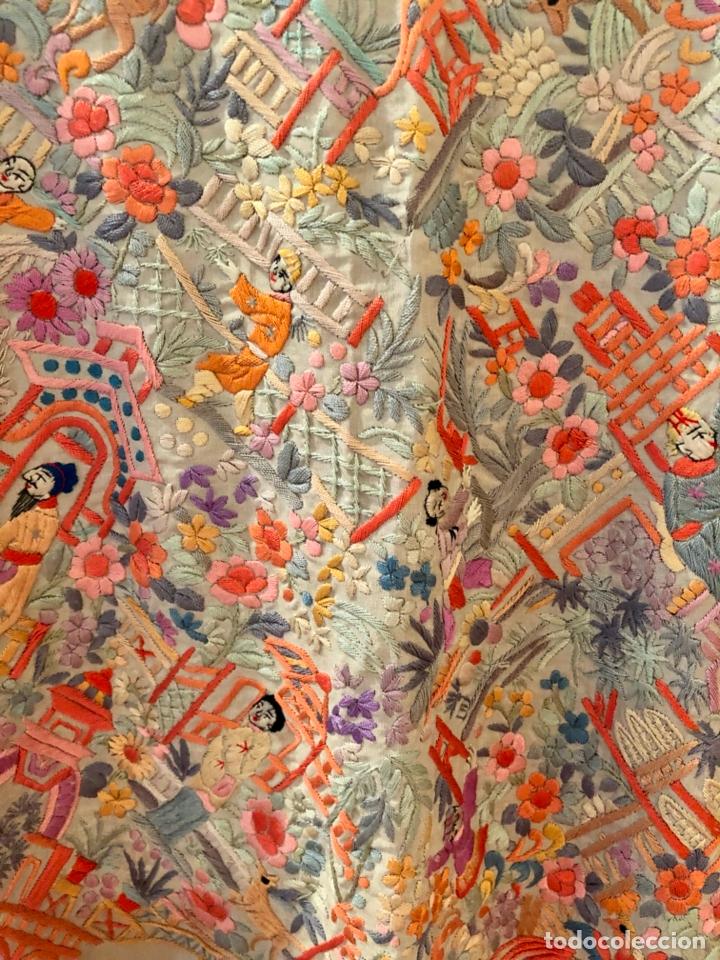 Antigüedades: Mantón de Manila antiguo cantonés bordado en seda a mano con figuras chinas de 1870 - Foto 10 - 182236272