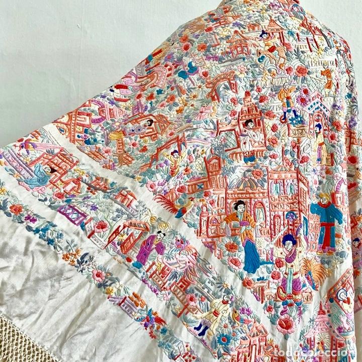 Antigüedades: Mantón de Manila antiguo cantonés bordado en seda a mano con figuras chinas de 1870 - Foto 12 - 182236272