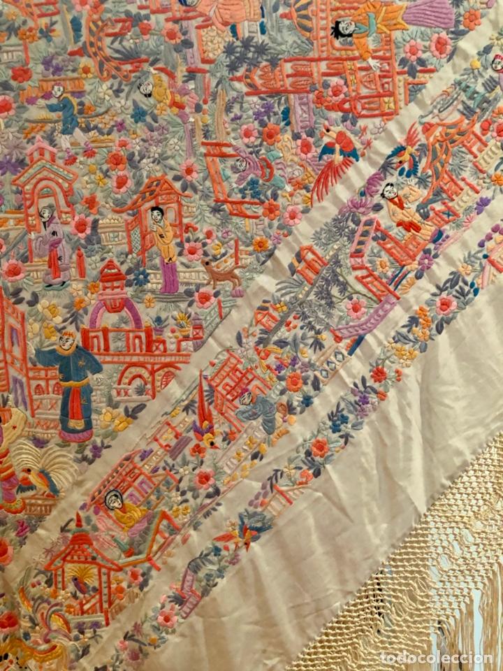Antigüedades: Mantón de Manila antiguo cantonés bordado en seda a mano con figuras chinas de 1870 - Foto 9 - 182236272