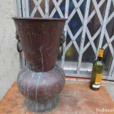 Antigüedades: VASIJA FLORERO ANTIGUO COBRE Y ASAS DE BRONCE. ANTIGUO Y GRANDE. RÚSTICO. 48 CMS ALTO. Lote 182257947