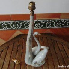 Antigüedades: LAMPARA DE SOBREMESA DE LA MARCA NAO DE LLADRO CISNES OCAS BUEN ESTADO. Lote 182263651