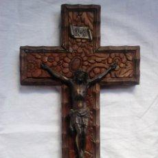Antigüedades: CRUCIFIJO ANTIGUO DE MADERA CON CRISTO DE METAL (SIGLO XX). Lote 182267022