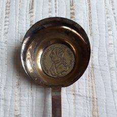 Antigüedades: CURIOSO CAZO DE PLATA O BAÑO DE PLATA CON MONEDA GRANDE O MEDALLA. Lote 182276366