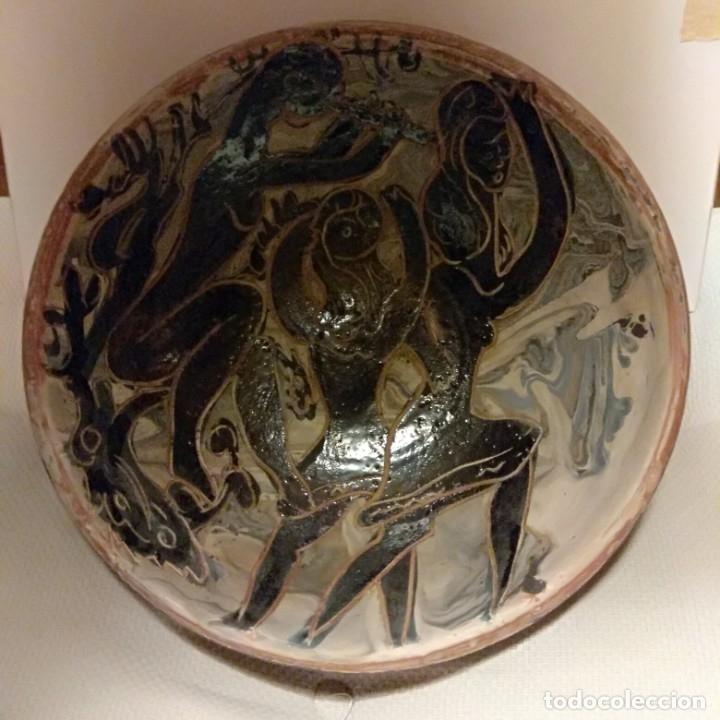 Antigüedades: Plato acuencado Pedro Mercedes con decoración delante y detrás, diferentes entonces. Firmado - Foto 2 - 182293127