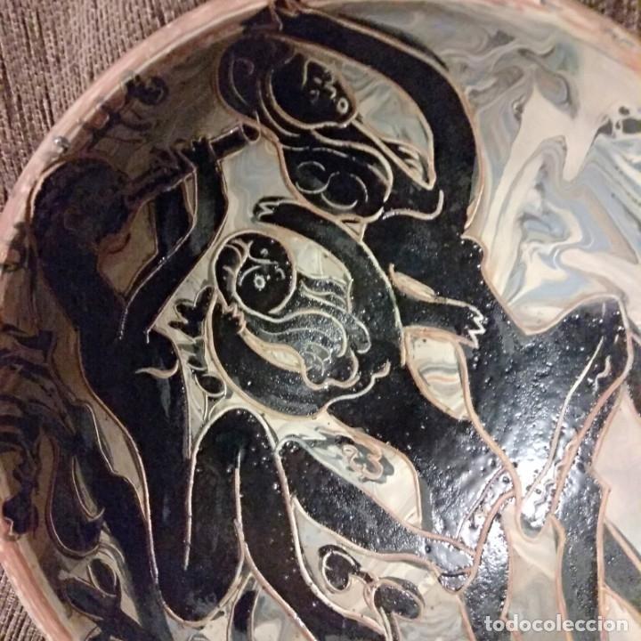 Antigüedades: Plato acuencado Pedro Mercedes con decoración delante y detrás, diferentes entonces. Firmado - Foto 15 - 182293127