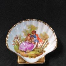 Antigüedades: CONCHA DE PORCELANA LIMOGES, FRANCE, OBRA DE FRAGONARD. Lote 182308500