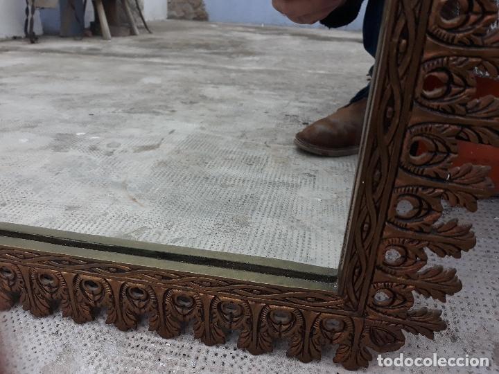 Antigüedades: Antiguo espejo de bronce para colgar en pared - Foto 4 - 182310803