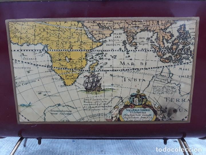 Antigüedades: Revistero con lamina de mapa Antiguo- bronce y hierro- Años 50 - Foto 2 - 182312323