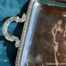Antigüedades: BANDEJA DE ALPACA - SELLO - M.P. - RIBETE Y ASAS DECORADAS - IDEAL PARA CAFÉ - TAMAÑO PEQUEÑO. Lote 182321651