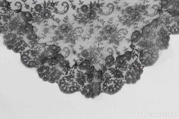 Antigüedades: 230A Preciosa mantilla antigua de tres picos, encaje de Chantilly 125x - Foto 2 - 182344297