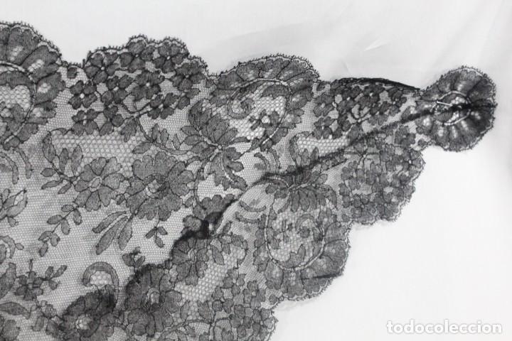 Antigüedades: 230A Preciosa mantilla antigua de tres picos, encaje de Chantilly 125x - Foto 3 - 182344297