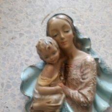 Antigüedades: ANTIGUA FIGURA DE ESCAYOLA POLICROMADA VIRGEN MARÍA Y NIÑO JESÚS. Lote 182356320
