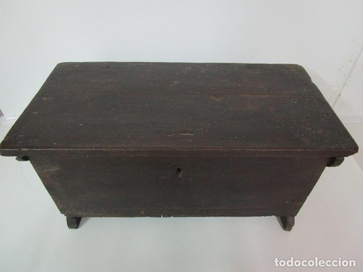 Antigüedades: Pequeña Caja, Baúl, Arca - Madera de Pino - 67 cm Ancho, 33 cm Fondo, 29 cm Altura - S. XVIII - Foto 2 - 182390852