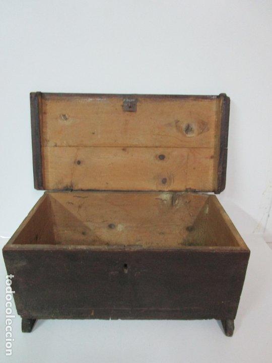 Antigüedades: Pequeña Caja, Baúl, Arca - Madera de Pino - 67 cm Ancho, 33 cm Fondo, 29 cm Altura - S. XVIII - Foto 9 - 182390852