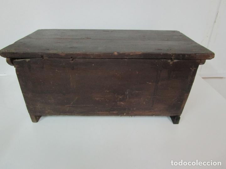 Antigüedades: Pequeña Caja, Baúl, Arca - Madera de Pino - 67 cm Ancho, 33 cm Fondo, 29 cm Altura - S. XVIII - Foto 17 - 182390852