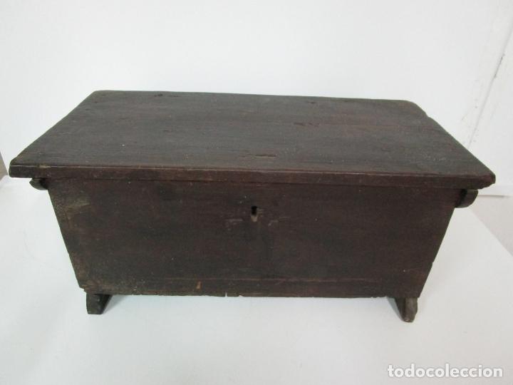 Antigüedades: Pequeña Caja, Baúl, Arca - Madera de Pino - 67 cm Ancho, 33 cm Fondo, 29 cm Altura - S. XVIII - Foto 22 - 182390852