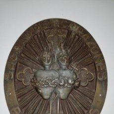 Antigüedades: ANTIGUA Y GRAN PLACA METAL MACIZO SAGRADOS CORAZONES BENDECIDNOS. Lote 182397742