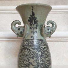 Antigüedades: DE COLECCION,MUY CURIOSO JARRON ORIENTAL VIDRIADO Y DECORADO CON ASAS DE ELEFANTES,CHINA S. XVII. Lote 182399430