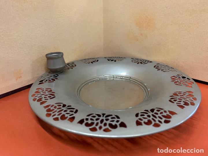 Antigüedades: Curioso plato metalico con palmatoria. Muy raro - Foto 3 - 182408951
