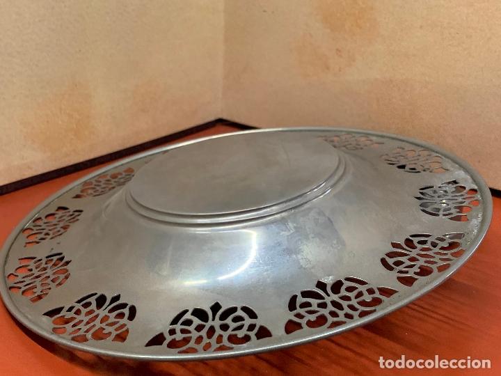 Antigüedades: Curioso plato metalico con palmatoria. Muy raro - Foto 6 - 182408951