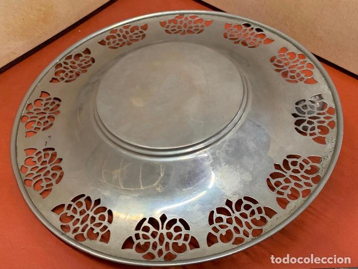 Antigüedades: Curioso plato metalico con palmatoria. Muy raro - Foto 7 - 182408951
