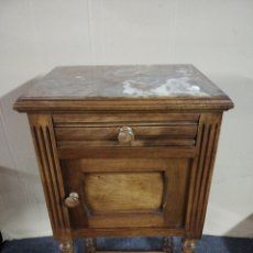Antigüedades: MESILLA DE NOCHE NOGAL RESTAURADA. Lote 182455296
