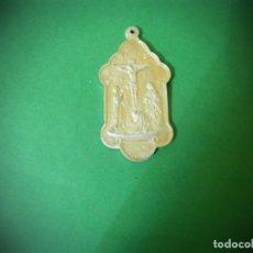Antigüedades: METALLA PLATEADA ANTIGUA CENTRO DIOCESANO DE SANTANDER DISCIPULOS DE SAN JUAN. 6,3 CENTIMETROS. Lote 182470036