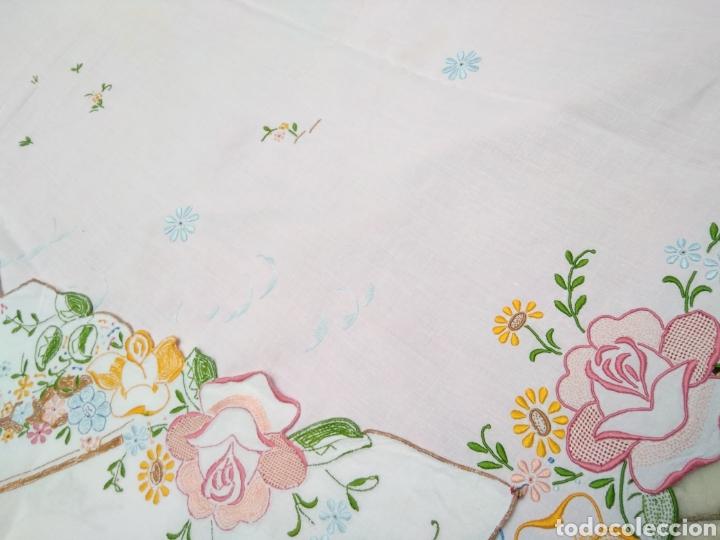 Antigüedades: Mantelería de hilo bordada a mano 250 x 170 cm con 12 servilletas motivo exótico - Foto 7 - 182482017