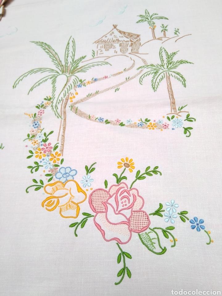 Antigüedades: Mantelería de hilo bordada a mano 250 x 170 cm con 12 servilletas motivo exótico - Foto 10 - 182482017