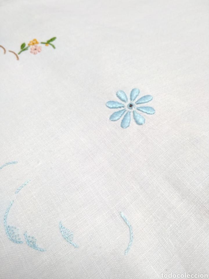 Antigüedades: Mantelería de hilo bordada a mano 250 x 170 cm con 12 servilletas motivo exótico - Foto 11 - 182482017
