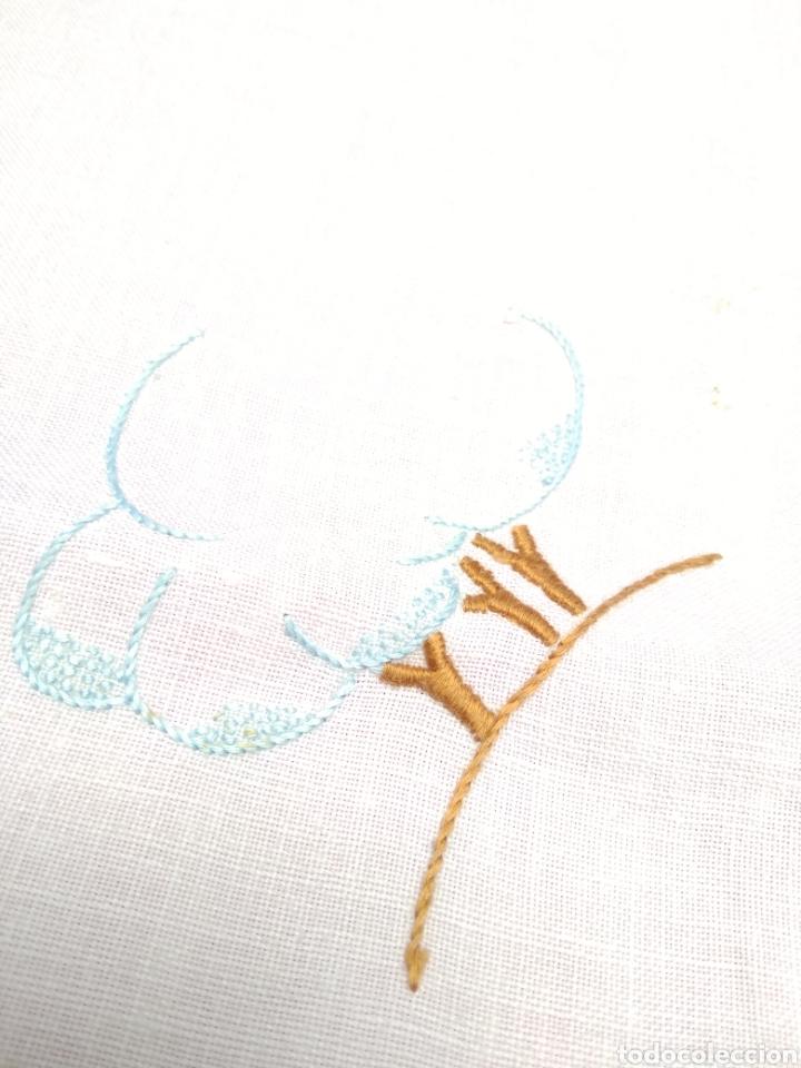 Antigüedades: Mantelería de hilo bordada a mano 250 x 170 cm con 12 servilletas motivo exótico - Foto 12 - 182482017