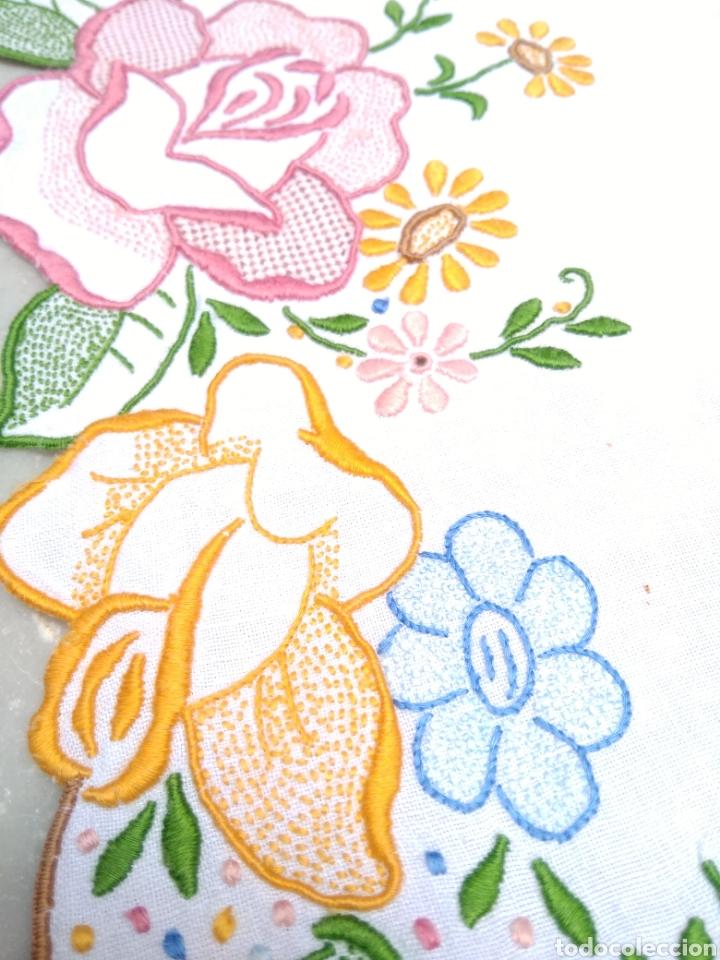 Antigüedades: Mantelería de hilo bordada a mano 250 x 170 cm con 12 servilletas motivo exótico - Foto 14 - 182482017