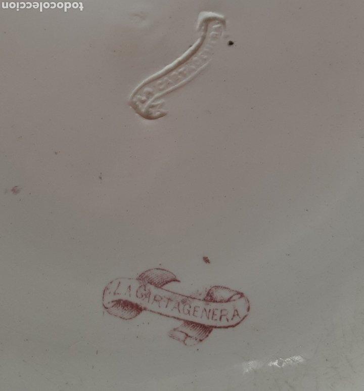 Antigüedades: GRAN FUENTE LLANA ROJA. REMATANDO AL VENADO. LA CARTAGENERA. MARCAS ESTAMPADAS E INCISAS. - Foto 5 - 182510471