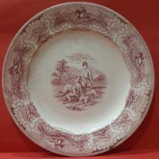 Antiquités: GRAN FUENTE LLANA ROJA. REMATANDO AL VENADO. LA CARTAGENERA. MARCAS ESTAMPADAS E INCISAS.. Lote 182510471