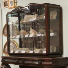 Antigüedades: ANTIGUA CÓMODA CON VITRINA, MADERA DE CAOBA. Lote 182512158