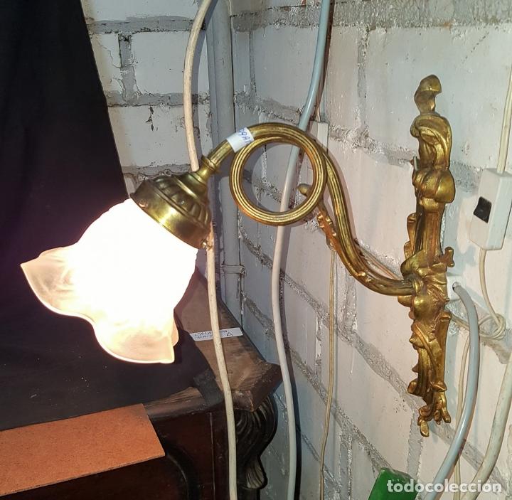 PRECIOSO APLIQUE UNA LUZ DE BRONCE CON TULIPA SATINADA (Antigüedades - Iluminación - Apliques Antiguos)